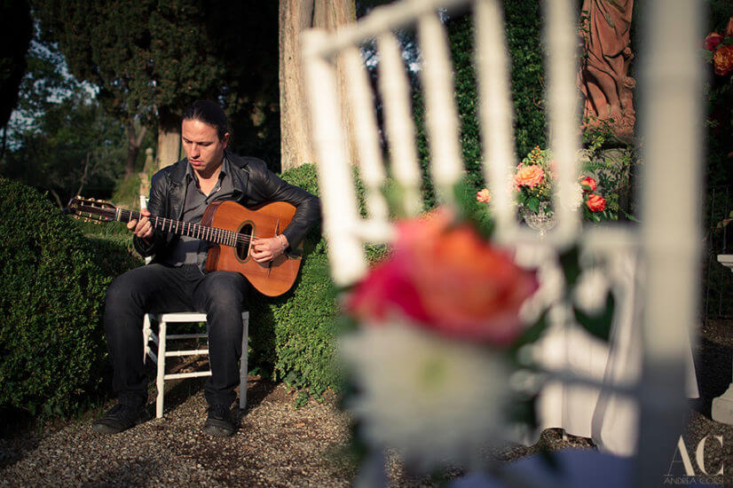 Guitar player wedding ceremony Tuscany Ph Andrea Corsi