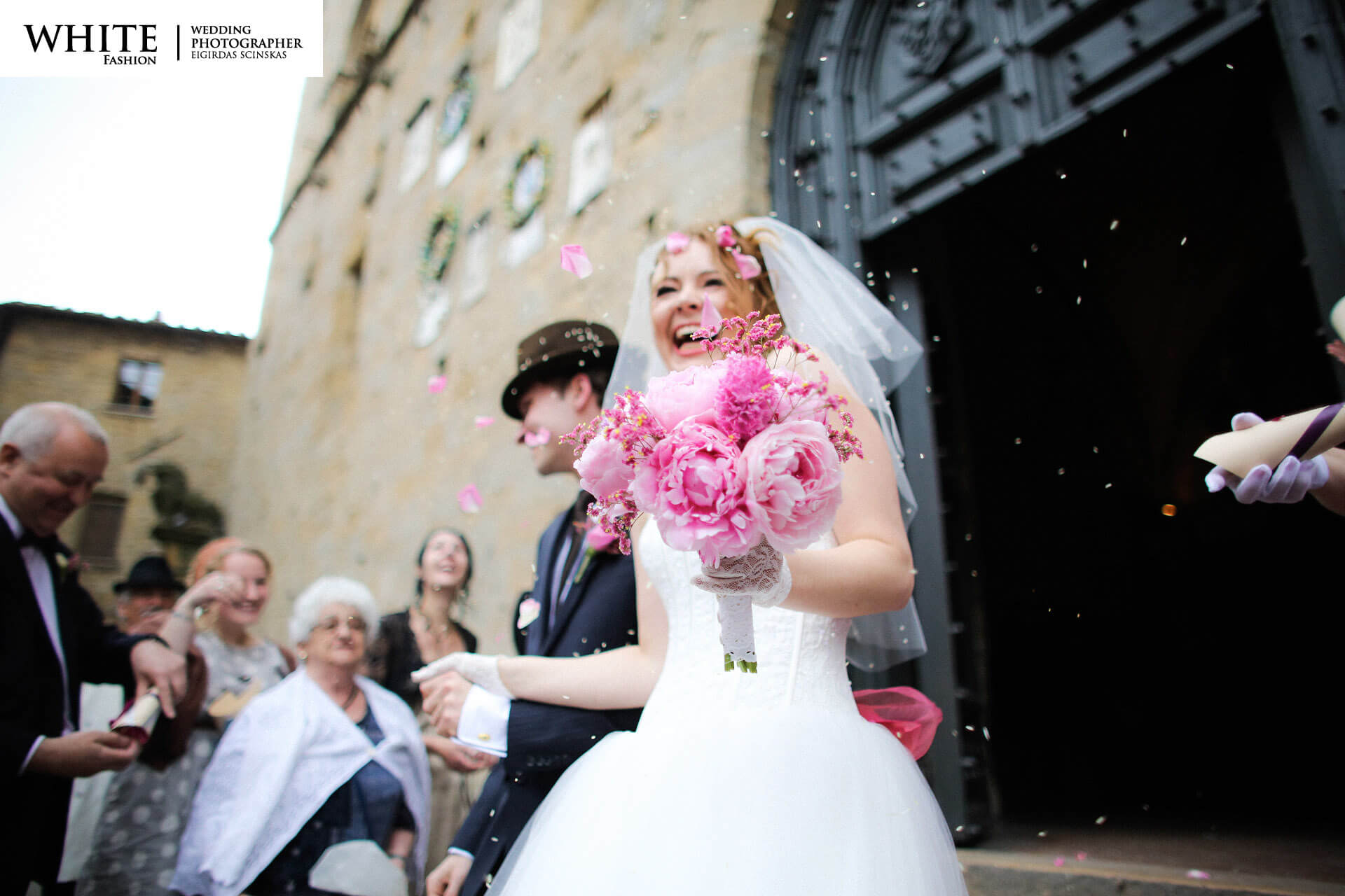 Wedding in Volterra white fashion photographer russian citizens